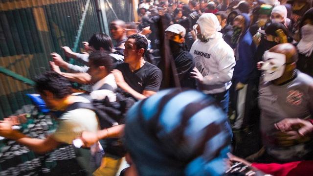 17jun2013---apos-uma-passeata-pacifica-pelas-principais-vias-da-capital-paulista-na-noite-desta-segunda-feira-17-um-grupo-de-manifestantes-tentou-invadir-o-palacio-dos-bandeirantes-sede-do-governo-do